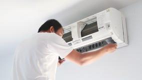 Preste serviços de manutenção ao homem para limpar o condicionador de ar vídeos de arquivo