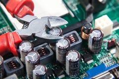 Preste serviços de manutenção ao reparo e à manutenção de eletrônico Foto de Stock Royalty Free