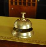 Preste serviços de manutenção ao sino do anel em uma mesa do hotel Imagem de Stock Royalty Free