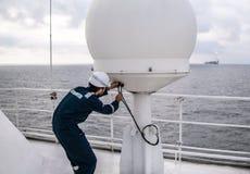 Preste serviços de manutenção ao técnico ou ao recruta perto do terminal de VSAT fotografia de stock royalty free