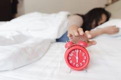 Presto per svegliare per i giovani asiatici attraenti di sonno Immagine Stock Libera da Diritti