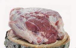 Presunto da carne de porco, uma parte de carne em uma placa de madeira fotos de stock