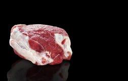 Presunto da carne de porco, uma parte de carne no fundo preto com lugar para o texto imagem de stock