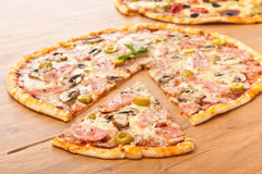 Presunto da crosta e pizza finos do cogumelo Fotografia de Stock