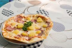 Presunto da massa da pizza com abacaxi Imagem de Stock