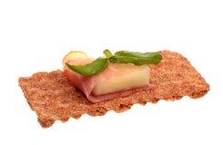 Presunto de Parma com melão e manjericão em um crisp do centeio imagem de stock royalty free