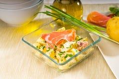 Presunto de Parma e salada de batata imagens de stock