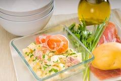 Presunto de Parma e salada de batata imagem de stock royalty free