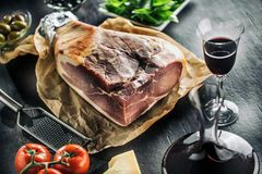 Presunto de Prosciutto na tabela com ingredientes mediterannean - azeitonas fotografia de stock royalty free