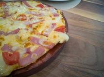 Presunto e becon do queijo da pizza na tabela de madeira foto de stock