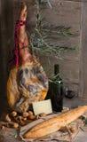 Presunto, queijo, pão e vinho tinto Fotografia de Stock