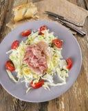 Presunto, salada com os tomates na placa cinzenta Imagem de Stock