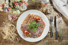 Presunto, tomates de cereja, pimenta vermelha e ervas na ardósia de pedra preta fotografia de stock royalty free