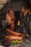 Presuntos defumados da carne de porco contra uma chaminé Fotos de Stock