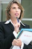 Presupuesto acertado de las hojas de operación (planning) de la mujer de negocios Imagen de archivo