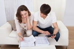 Presupuesto calculador de los pares jovenes Imagen de archivo