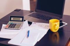 Presupuesto calculador en casa imagenes de archivo
