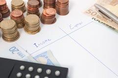 Presupuesto con la pluma, la calculadora y las monedas Imágenes de archivo libres de regalías
