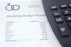 Presupuesto de la boda con la calculadora Imágenes de archivo libres de regalías