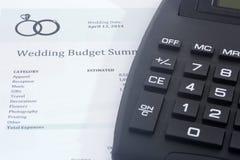 Presupuesto de la boda con la calculadora Imagen de archivo
