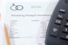 Presupuesto de la boda con la calculadora Fotos de archivo libres de regalías