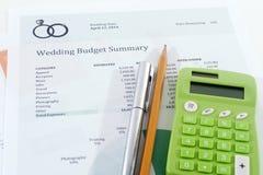 Presupuesto de la boda con la calculadora verde Imagen de archivo libre de regalías