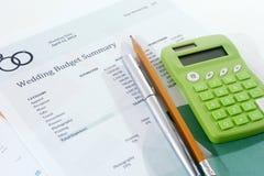 Presupuesto de la boda con la calculadora verde Imágenes de archivo libres de regalías