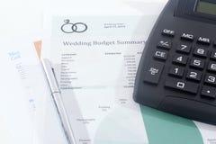 Presupuesto de la boda con la calculadora y la pluma Imagen de archivo libre de regalías