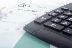 Presupuesto de la boda con la calculadora y la pluma Fotografía de archivo libre de regalías