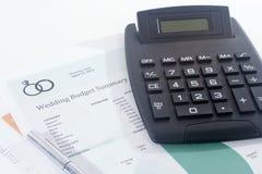 Presupuesto de la boda con la calculadora y la pluma Imagen de archivo