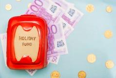 Presupuesto de viaje - ahorros del dinero de las vacaciones en caja de dinero Fotografía de archivo
