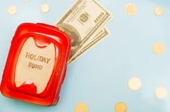 Presupuesto de viaje - ahorros del dinero de las vacaciones en caja de dinero Imágenes de archivo libres de regalías