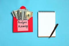 Presupuesto personal, concepto financiero Billetes de banco del dólar americano en el planeamiento rojo del presupuesto del sobre imagen de archivo libre de regalías