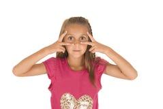Pret aanbiddelijk donkerbruin meisje met grappige uitdrukking Stock Fotografie
