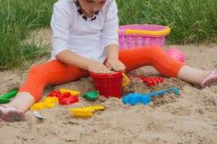 Pret bij het strand met kleurrijk speelgoed royalty-vrije stock fotografie