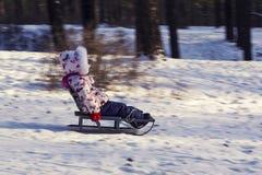 Pret in de Sneeuw Jong geitje met slee Royalty-vrije Stock Afbeeldingen