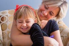 Pret gelukkige houdende van moeder en dochter stock afbeeldingen