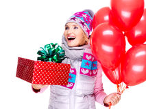 Pret gelukkige volwassen vrouw met rode giftdoos en ballons Royalty-vrije Stock Fotografie