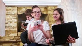 Pret hebben samen en kinderen die, jonge familieleden die thuis socialiseren lachen stock footage
