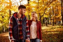 Pret, liefde, verhouding en mensen - romantisch paar in park royalty-vrije stock foto's