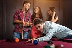 Pret met vrienden tijdens speelbiljart stock foto