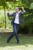 Pret moderne zakenman die baan van bevordering in groen park genieten royalty-vrije stock fotografie