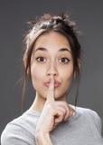Pret multi-etnisch meisje die voor discretie stil vragen te houden royalty-vrije stock fotografie