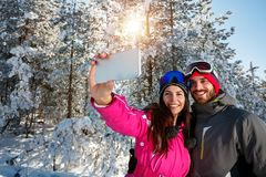 Pret op de sneeuw hebben en paar die selfie maken Royalty-vrije Stock Afbeelding