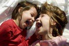 Pret van zusters in bed stock afbeelding