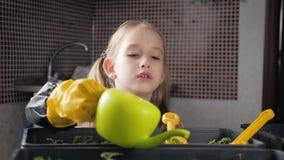 Pret weinig tuinmanzorg voor installaties Leuk weinig kindmeisje die zaailingen planten De lenteconcept, aard en zorg stock videobeelden
