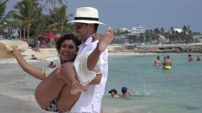 Pretechtpaar op vakantie stock videobeelden