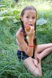 preteen девушки яблока eatting Стоковые Изображения RF