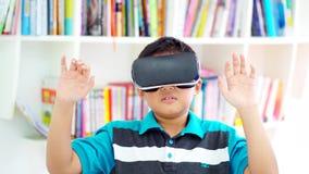 Preteen chłopiec jest ubranym rzeczywistość wirtualna gogle zdjęcie wideo