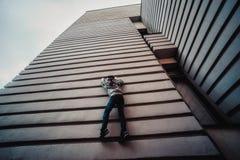 Preteen chłopiec na ulicie w dużym mieście obok wieżowa samotnie Zdjęcia Royalty Free